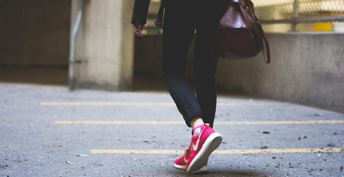 camminare a piedi