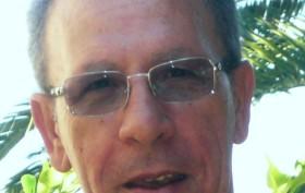 direttore con occhiali chiari